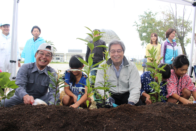 南国市長と細川理事長 笑顔で植樹