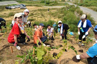 岩手県山田町田の浜開催、いのちを守る森づくりの様子。東京からボランティアに来た学生たち