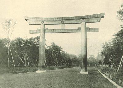 明治神宮の森100年間の景観変化。1920年造営当時の大鳥居(二の鳥居)付近の様子。/出典:明治神宮