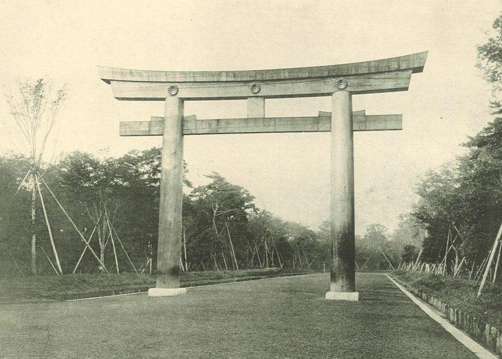 明治神宮の森100年間の景観変化。1920年造営当時の大鳥居(二の鳥居)付近の様子。/出典:明治神宮 (写真1)